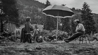 Режиссер Болот Шамшиев и актриса Айтурган Темирова на съемках фильма Ак кеме. 1974 год
