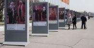 На площади Ала-Тоо в Бишкеке открылась фотовыставка Национальные головные уборы.