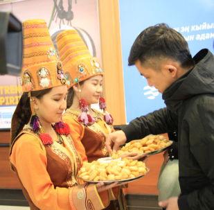 20-мартта, Кытай Эл Республикасынын Синьцзян-Уйгур автономиялуу районунан этникалык кыргыздардын маданий делегациясы Манас-2 аба майданына учуп келди