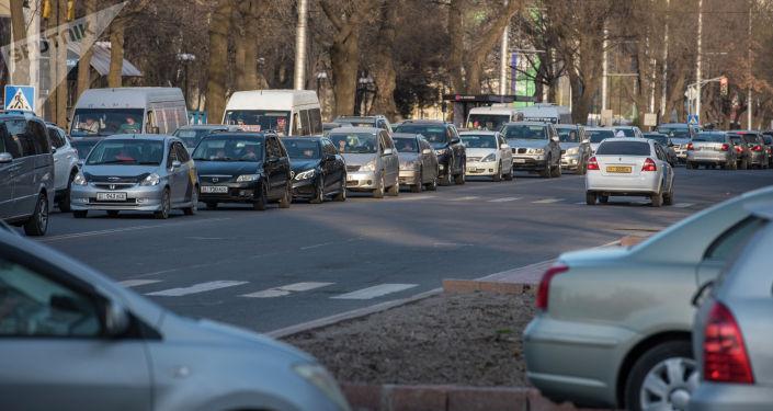 Автомобильный затор из-за перекрытии площади Ала-Тоо в Бишкеке для подготовки к празднованию Нооруза