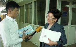 В 2018 году Кыргызстан закупил учебников на 303,8 миллиона сомов. Книги были отпечатаны компаниями из Индии, Италии и Вьетнама. Все учебники должны были доставить еще осенью, но часть до сих пор не привезли. Почему сложилась такая ситуация, мы решили узнать у министра образования и науки Гульмиры Кудайбердиевой.