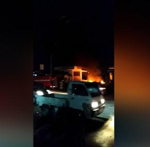 В Оше произошел взрыв на автозаправке, сообщил Sputnik Кыргызстан очевидец. У МЧС другие данные.