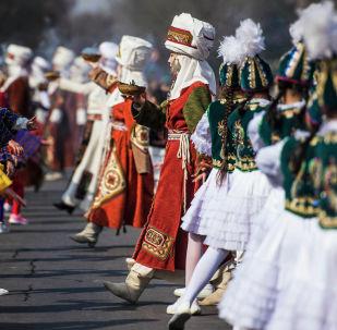 Девушки в национальных костюмах во время праздничных мероприятий ко дню Нооруза на площади Ала-Тоо в Бишкеке
