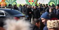 Елбасы Нурсултан Назарбаев и президент Казахстана Касым-Жомарт Токаев приехали в этноаул, где проходят народные гуляния в честь праздника Наурыз, на черных иномарках.
