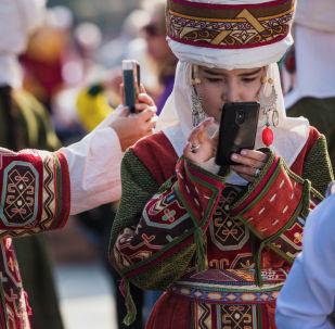 Кыргызстанские красавицы примерили национальные наряды