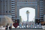 Инсталляция I love Astana. На дальнем плане здание КазМунайГаз в Астане. Архивное фото