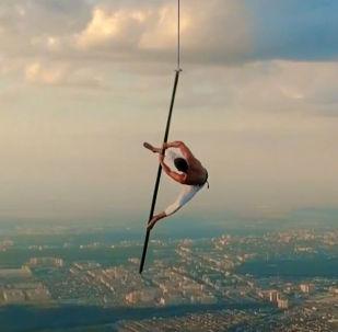 Трюкчу Рole dance бийин жүрөктүн үшүн алган жана кооптуу 1500 метр бийиктикте аткарган.
