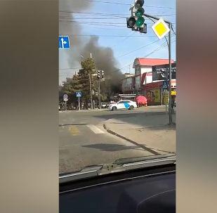Очевидец отправил видео, как горит дом в четвертом микрорайоне на пересечении улиц Суеркулова и Юнусалиева. Видно, что горит квартира на втором этаже.