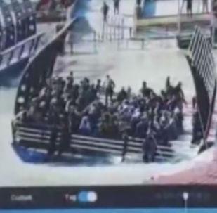 Туристический паром перевернулся на реке Тигр рядом в Мосуле. По предварительным данным, причиной крушения стали перегруз и повышение уровня воды в реке. Сообщалось, что паром мог перевезти всего около 50 человек. На деле пассажиров было гораздо больше.