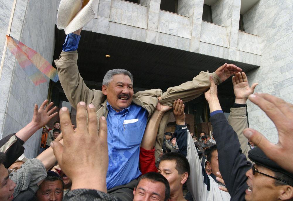 Тарапташтары оппозиция лидерлеринин бири Азимбек Бекназаровду көтөрүп баратышат