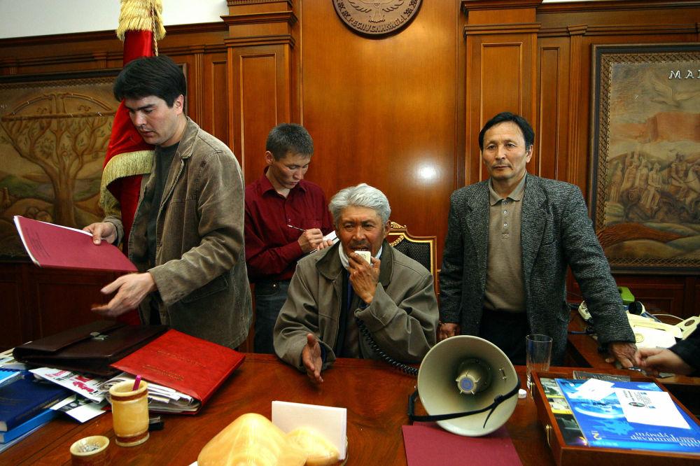 Оппозиция өкүлдөрү Аскар Акаевдин иш бөлмөсүндө