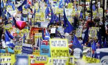 Участники марша с требованием провести повторный референдум по Brexit в Великобритании, Лондон. 23 марта 2019 года