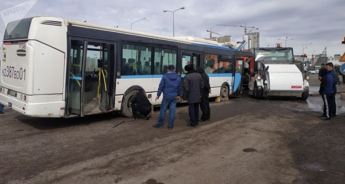 Казакстандын борбор калаасы Нур-Султанда автобус жана жеңил автоунаалар катышкан ири жол кырсыгы катталды.