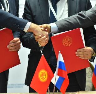 Чиновники КР и РФ во время подписания документов. Архивное фото