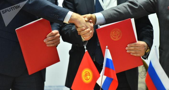 Ректоры вузов Российской Федерации и Кыргызской Республики после подписания документов на форуме Развитие науки и образования — инвестиции в будущее