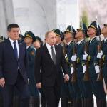 Путин конгресс-холлго саат 12.25те келди. Салтанат Россия гимни менен башталып, андан соң аскердик оркестр Кыргызстандын гимнин аткарды.