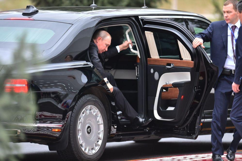 Путин өзүнүн ок өтпөс Aurus унаасынан түшүп жаткан учуру