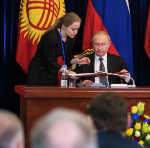 Церемония подписания документов по итогом переговоров в узком составе Сооронбая Жээнбекова и Владимира Путина в Бишкеке