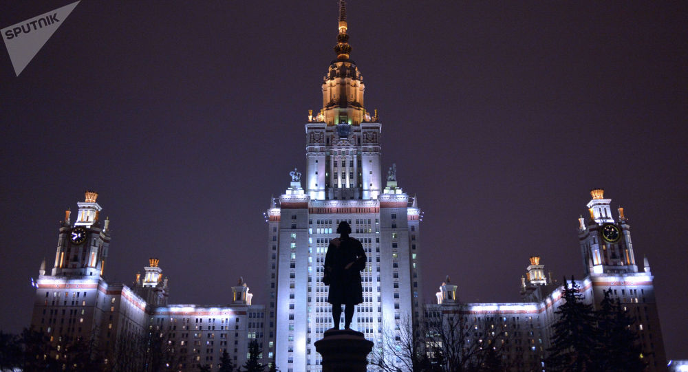 Памятник М.В. Ломоносову перед Главным зданием МГУ на Воробьевых горах в Москве. Архивное фото