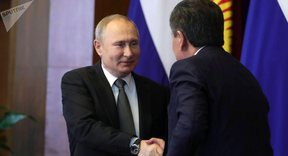 Президент РФ Владимир Путин и президент Кыргызстана Сооронбай Жээнбеков . Архивное фото