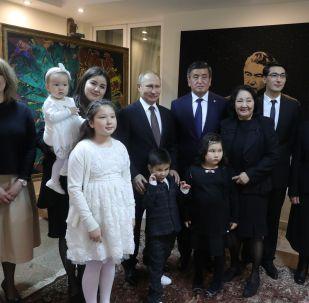 Чыңгыз Айтматовдун үй-бүлөсүнүн КР президенти Сооронбай Жээнбеков жана РФ президенти Владимир Путин менен түшкөн сүрөтү