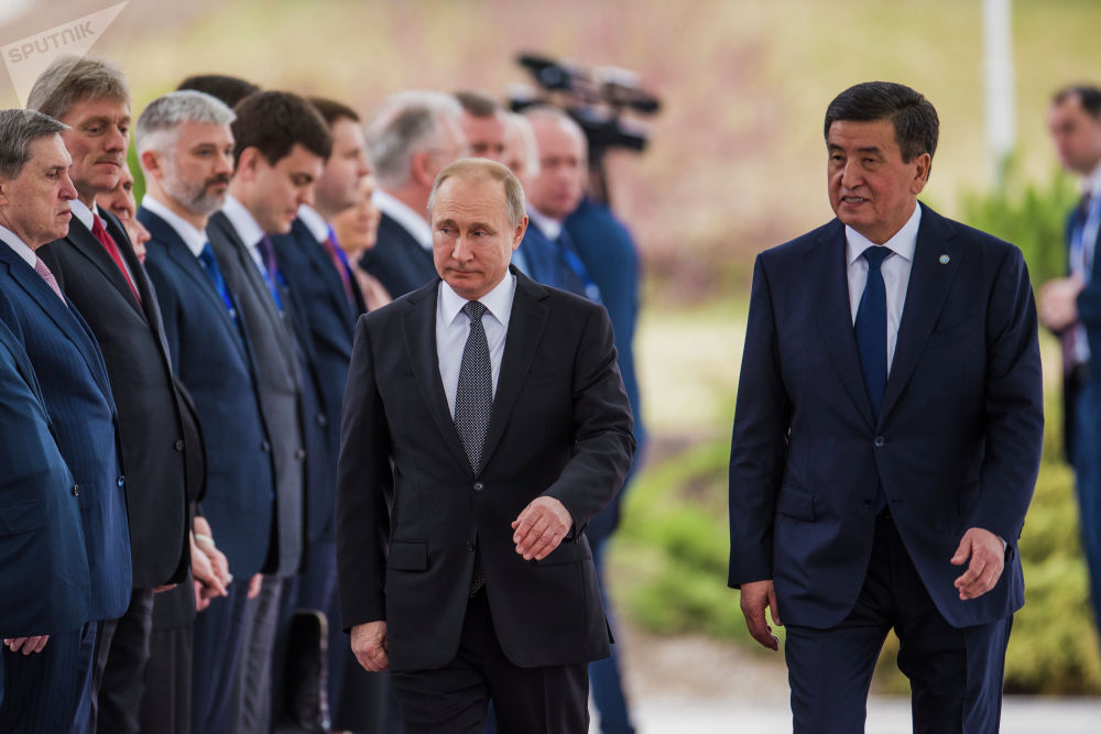 Путин менен Жээнбеков бири-бирин салтанаттын расмий бөлүгүндө эки өлкөнүн делегациялары менен тааныштырды.