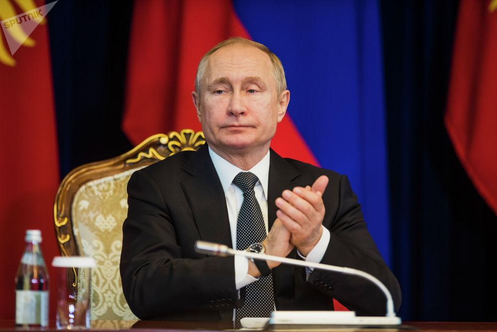 Россия лидери Владимир Путин президент Сооронбай Жээнбековдун аракети менен Кыргызстанда абал туруктуу болуп жатканын белгиледи.