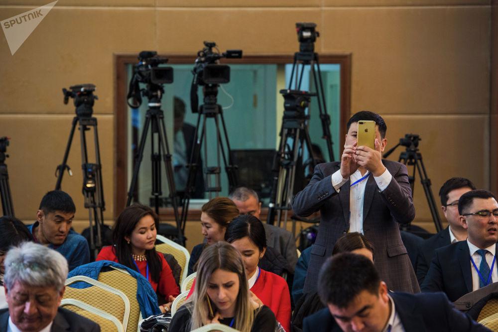 Эки президенттин бирфингидеги журналисттер менен делегация мүчөлөрү.