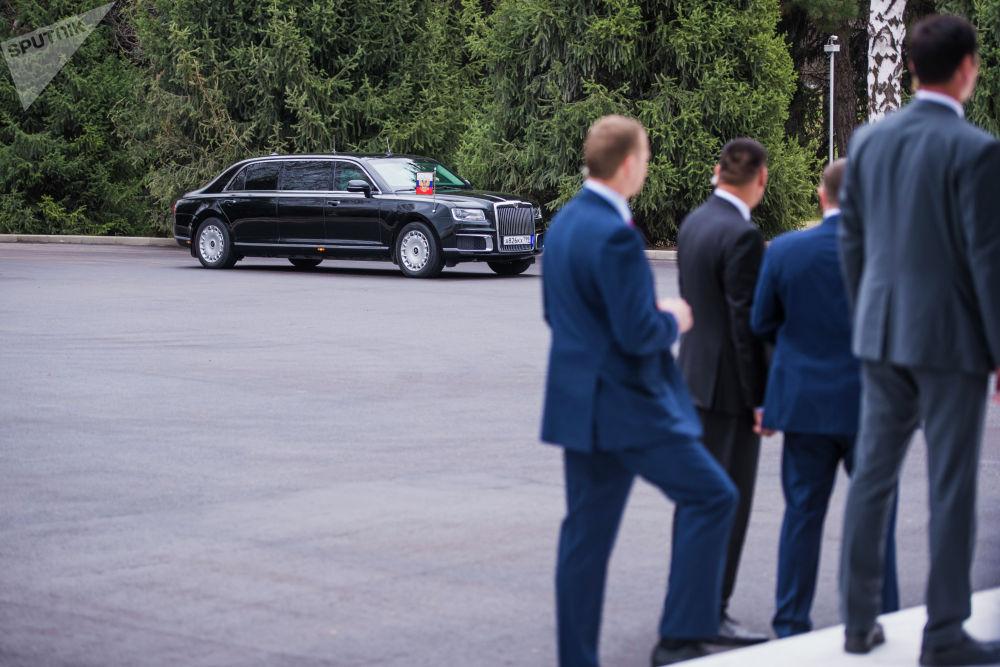 Владимир Путин Бишкекте Россиядан ала келген Aurus лимузини менен жүрдү