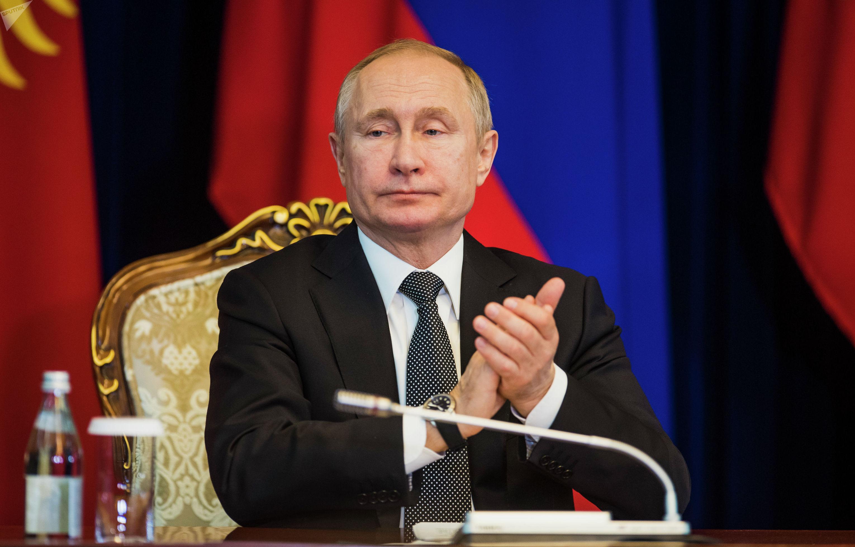 В свою очередь Путин заявил, что, благодаря усилиям Жээнбекова, в Кыргызстане спокойная и стабильная обстановка
