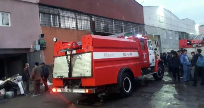 Пожарная машина на месте возгорания в мебельном цеху в Бишкеке