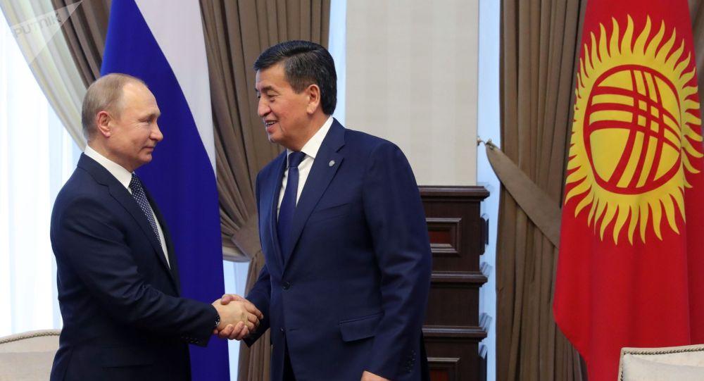 Президент РФ Владимир Путин и президент КР Сооронбай Жээнбеков во время встречи в аэропорту Бишкека.