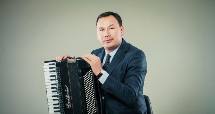 Кыргызстандык аткаруучу Түмөнбай Колдошов