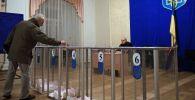 Житель Киева на избирательном участке. Архивное фото