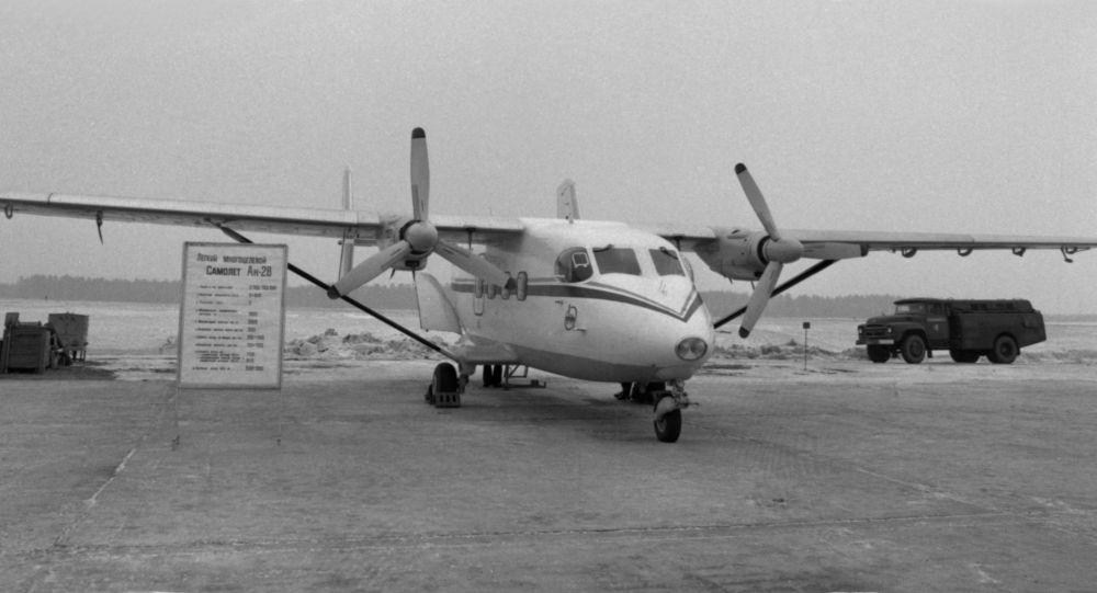 Лёгкий двухмоторный турбовинтовой транспортно-пассажирский самолёт Ан-28. Архивное фото