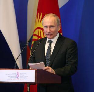 Президент РФ Владимир Путин выступает на пленарном заседании VIII российско-кыргызской межрегиональной конференции Новые горизонты стратегического партнерства и интеграции в Бишкеке