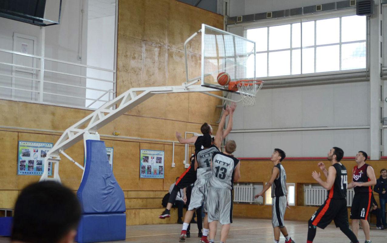 Игроки ошского баскетбольного клуба Номад во время матча