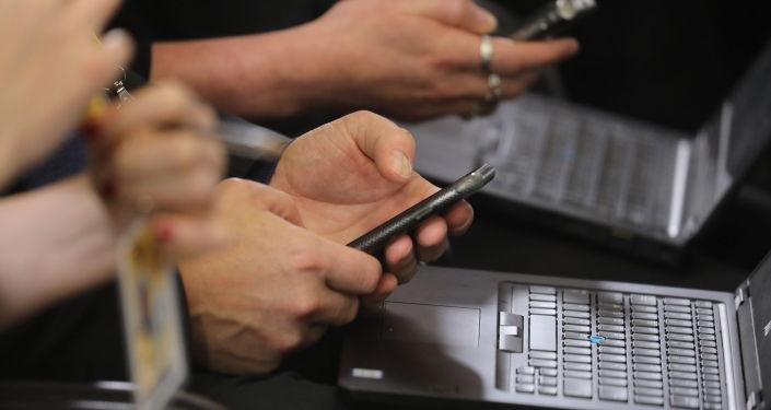Мужчина с телефоном и ноутбуком. Архивное фото