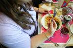 Женщина обедает в торговом центре. Архивное фото