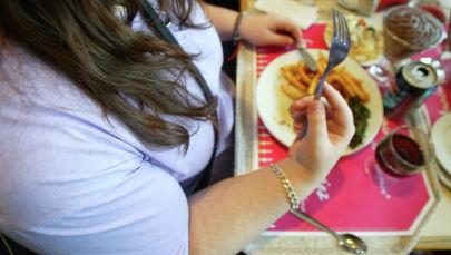 Женщина обедает в кафе. Архивное фото