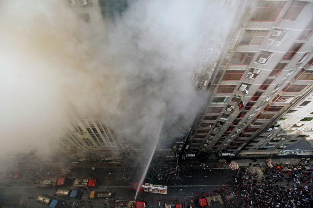 25 человек погибли и 70 пострадали в результате пожара в 19-этажном офисном здании в столице Бангладеш Дакке