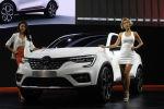 Модели позируют у автомобиля Renault Samsung XM3 Inspire на автосалоне в Южной Корее