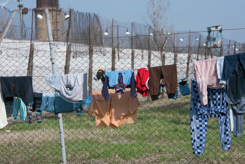 Детские вещи на территории женской исправительной колонии №2 в селе Степное