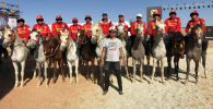 Куратор конно-спортивных игр Всемирной конфедерации этноигр Нурмухаммед Эшматов с национальной сборно по кок бору