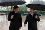 Президент КР Сооронбай Жээнбеков и президент РФ Владимир Путин во время возложения венков к Вечному огню на площади Победы в Бишкеке
