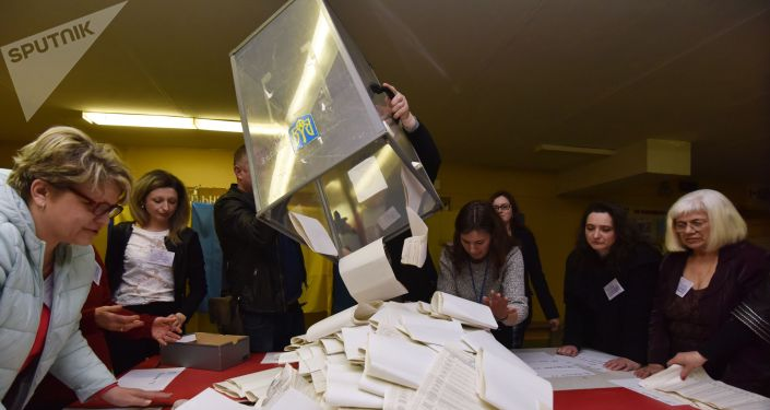 Подсчет бюллетеней на избирательных участках во Львове.