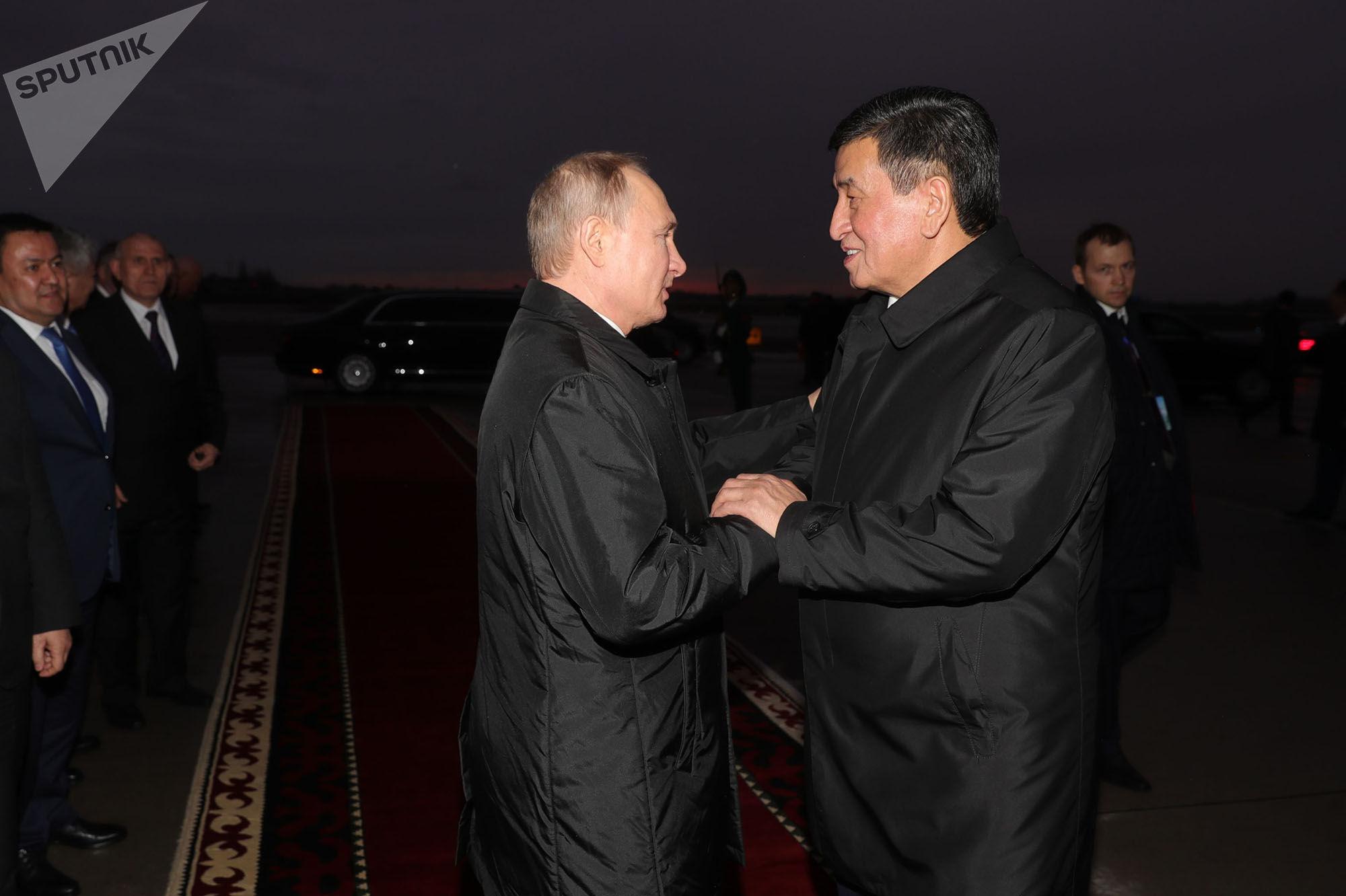 28 марта 2019. Президент РФ Владимир Путин и президент КР Сооронбай Жээнбеков во время церемонии проводов в аэропорту Бишкека.