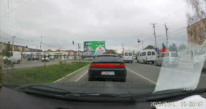 В Бишкеке водитель пассажирского микроавтобуса Mercedes-Benz чуть не сбил пешехода и допустил другие нарушения Правил дорожного движения.