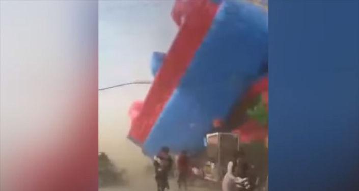 Очевидцы сняли, как сильный ветер уносит батут. Местные СМИ утверждают, что внутри были дети.