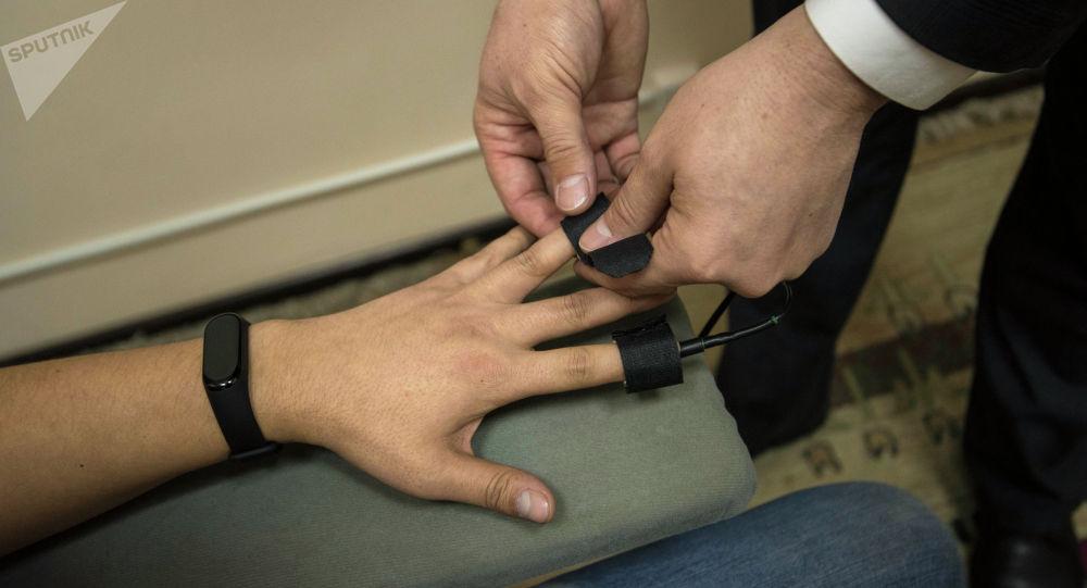 Датчики на пальцах для детектора лжи. Архивное фото